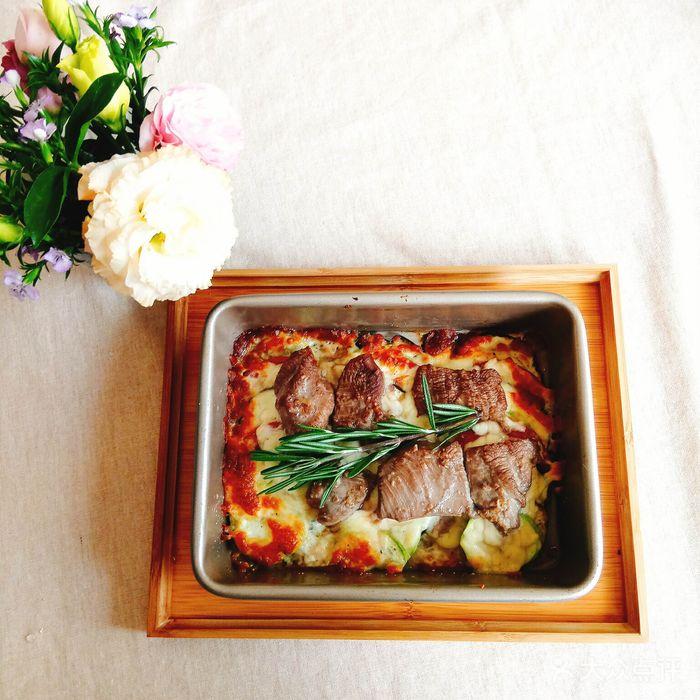 法式烤羊菲力配杂菜煲