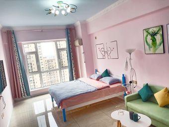 让胡路万达广场@家公寓民宿。电梯直达万达广场楼上C座公寓,适合情侣入住,周末出行,学校近,周边配套齐